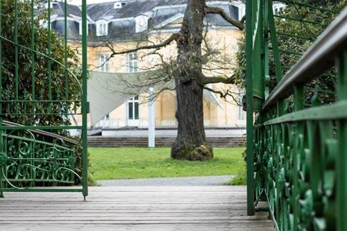 Tor und Wiese hinter Schloss Morsbroich